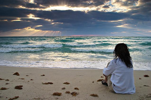 Resultado de imagem para mulher deitada na praia
